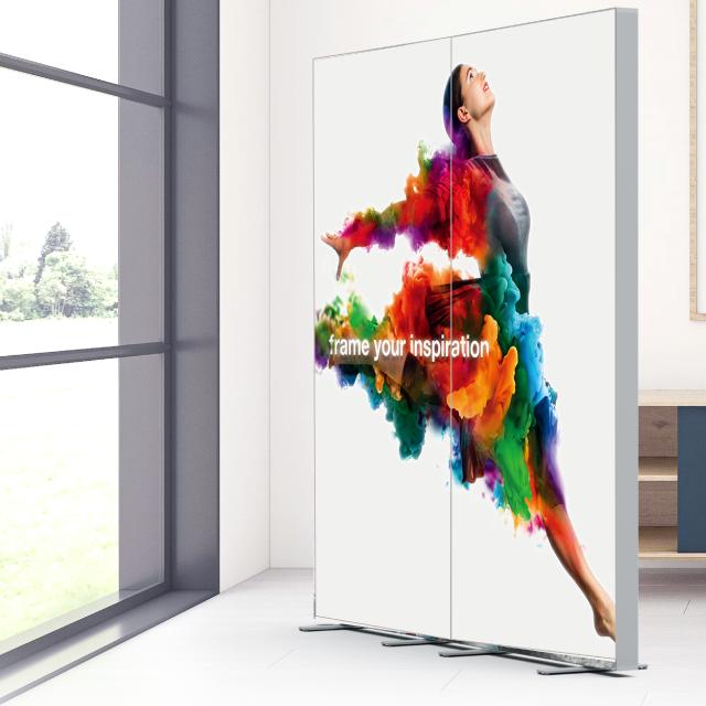 LED内蔵でメディアを色鮮やかに映し出す視認性の高い自立式電飾ファブリックスタンド